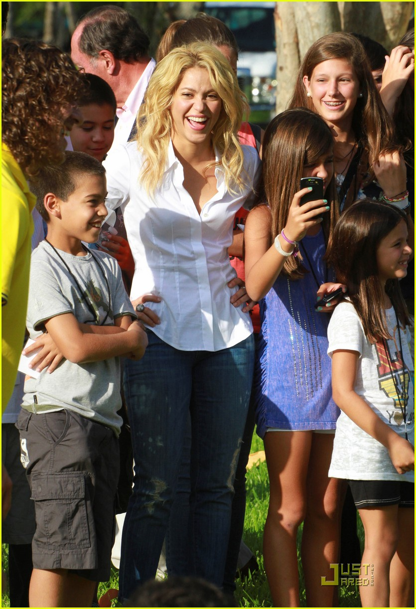 shakira barefoot foundation event with gerard pique 052566450