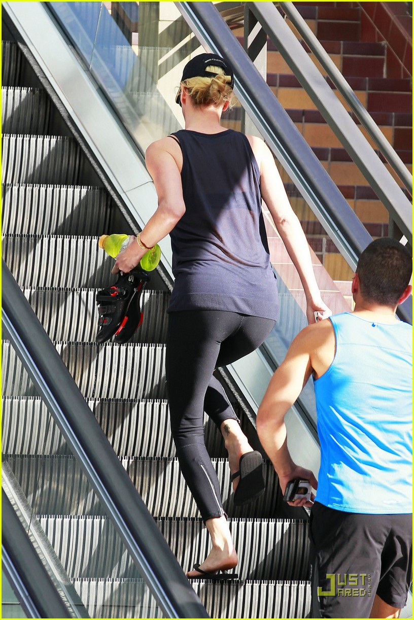 charlize theron gym time 03