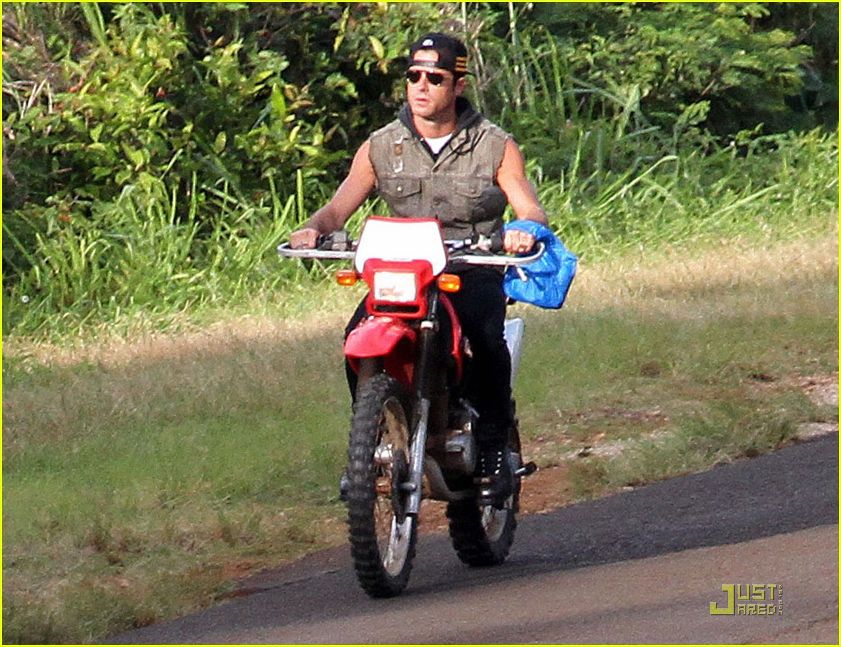 justin theroux rides without a helmet 042569668