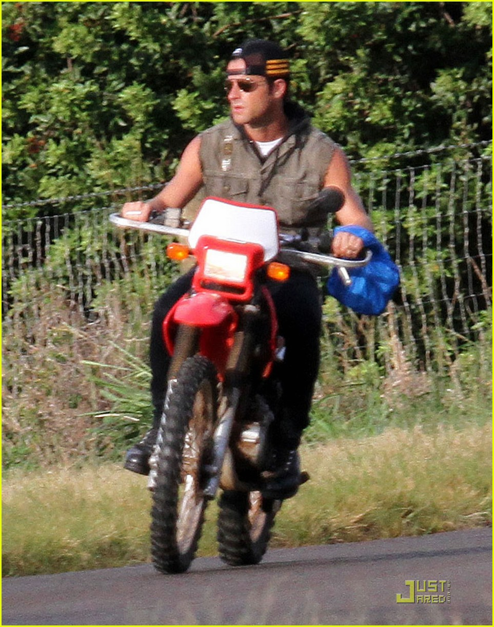 justin theroux rides without a helmet 052569669