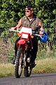 justin theroux rides without a helmet 05