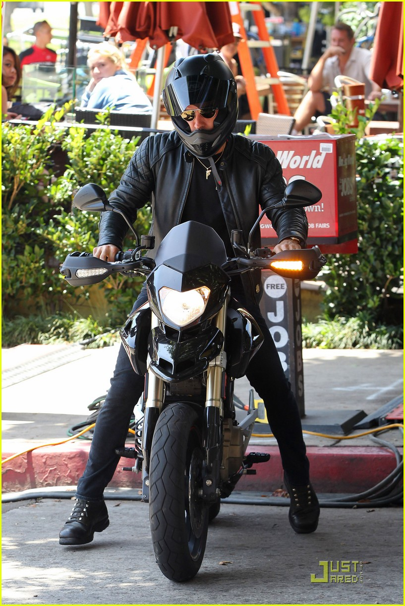 justin theroux motorcycle man 062571158