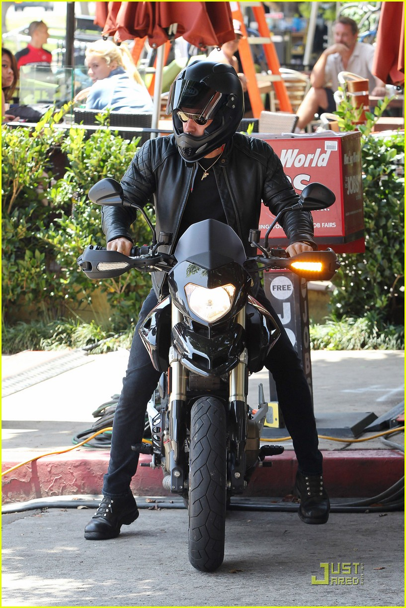 justin theroux motorcycle man 102571162