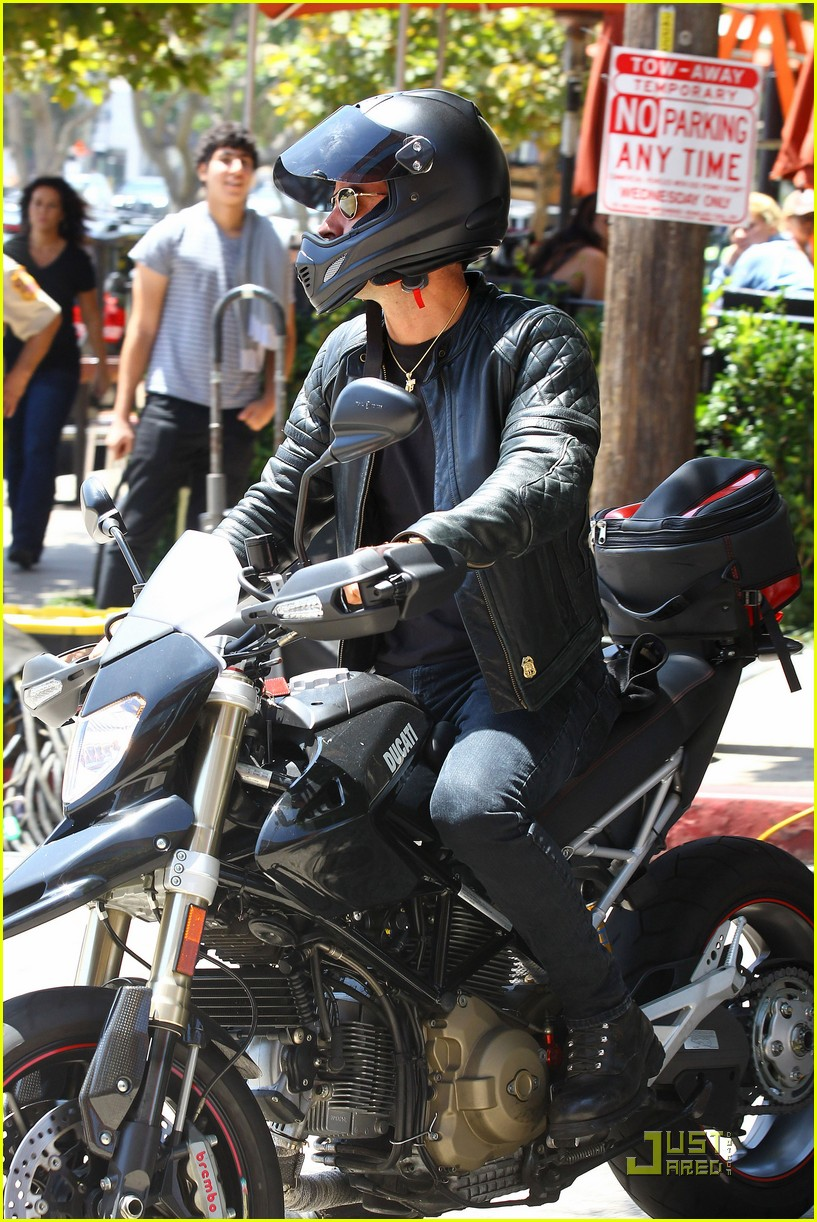 justin theroux motorcycle man 122571164