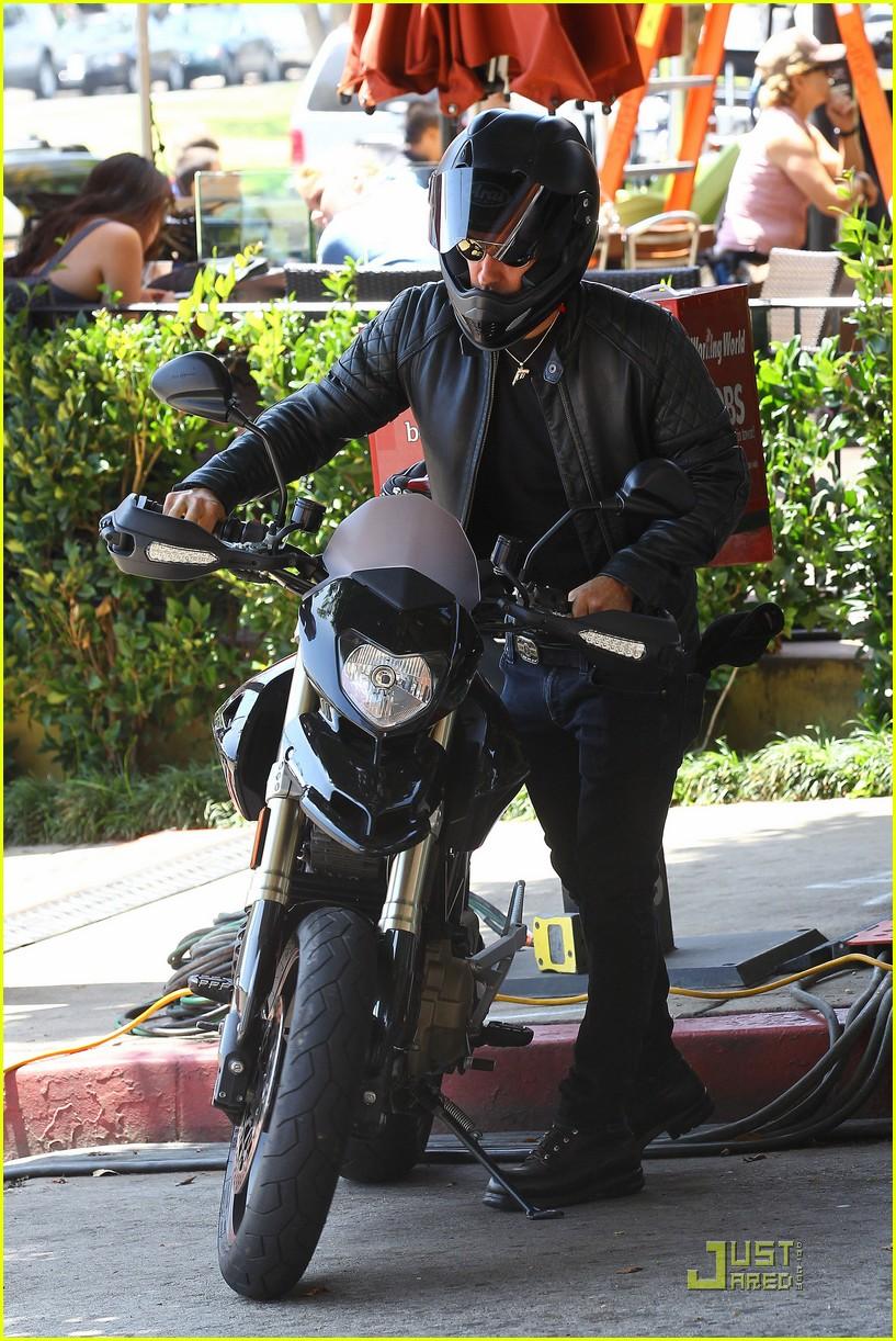 justin theroux motorcycle man 14
