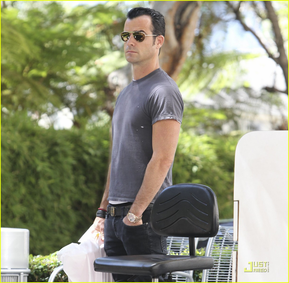 justin theroux leaves niketown 062573430