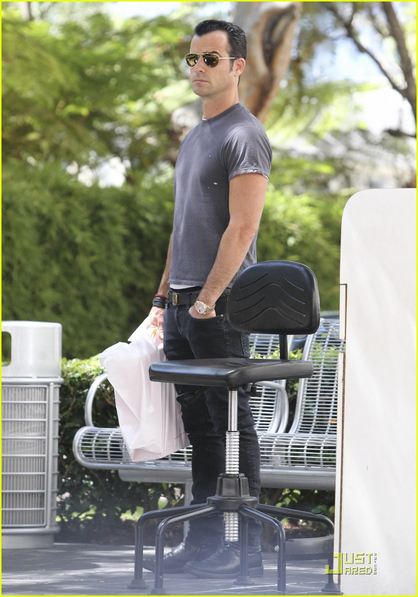 justin theroux leaves niketown 07