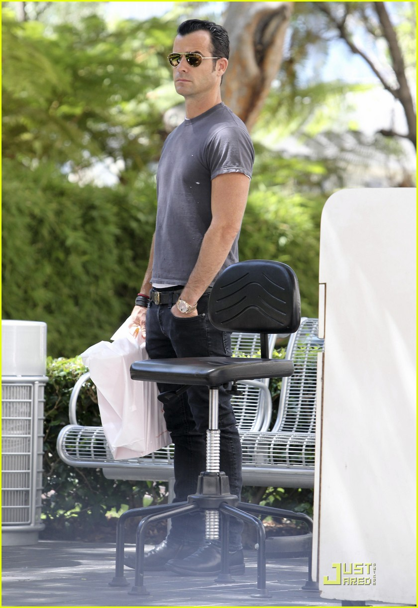 justin theroux leaves niketown 092573433