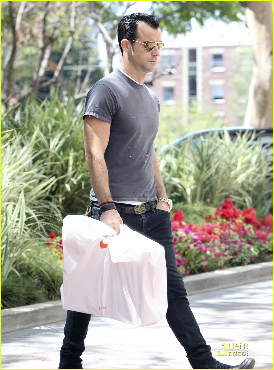 justin theroux leaves niketown 112573435