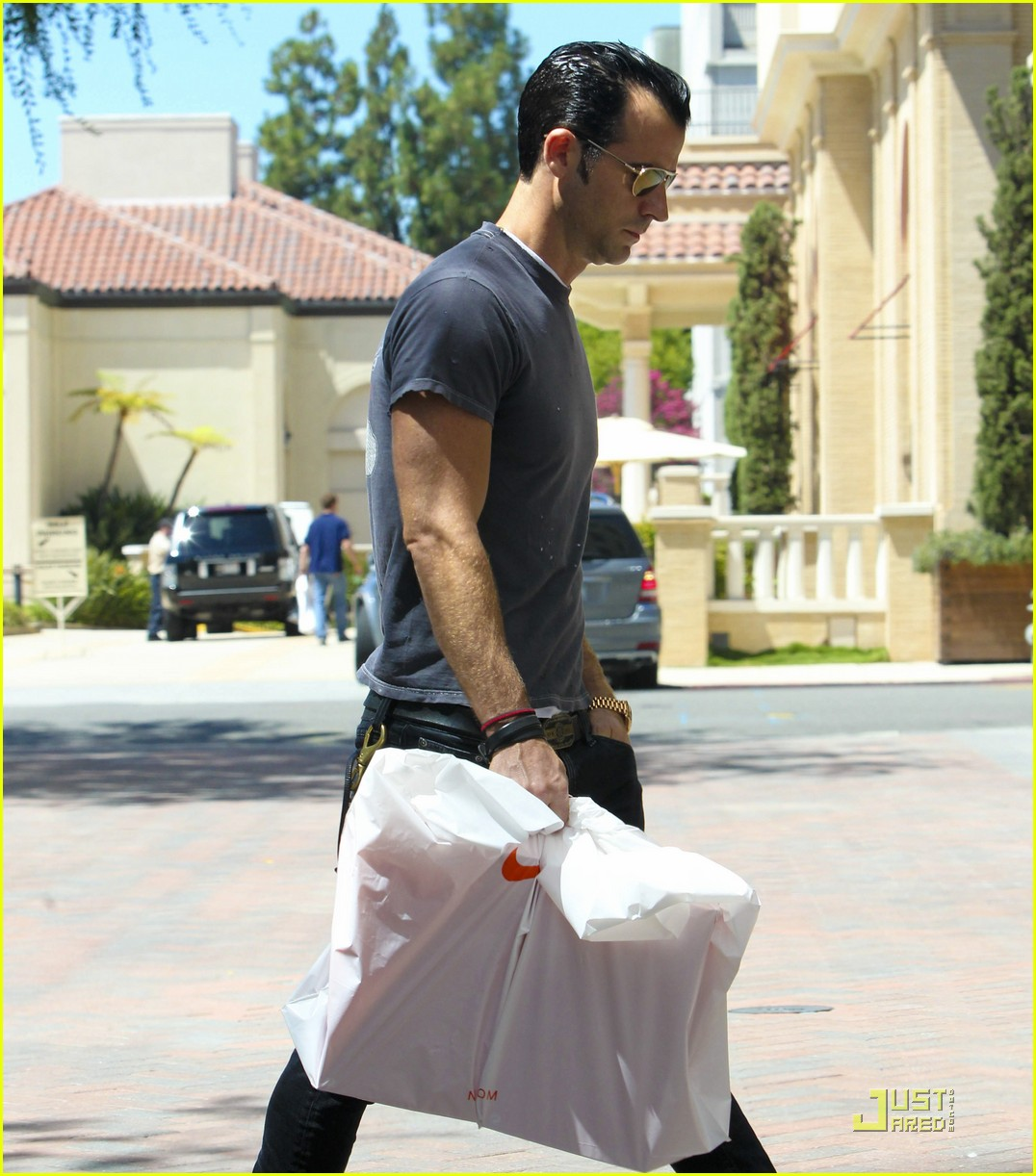 justin theroux leaves niketown 17