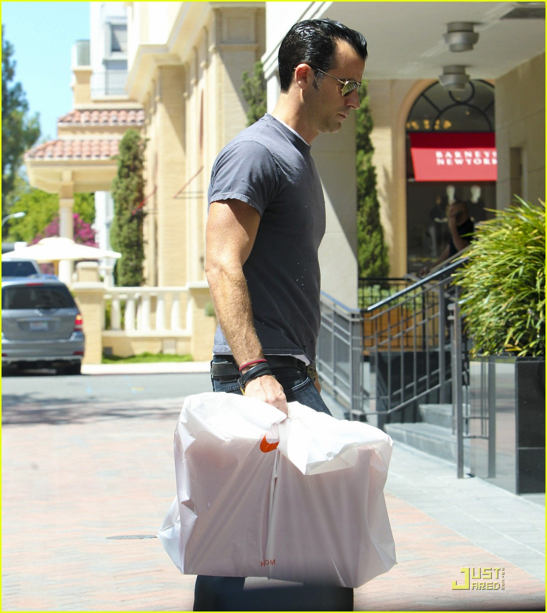 justin theroux leaves niketown 182573442