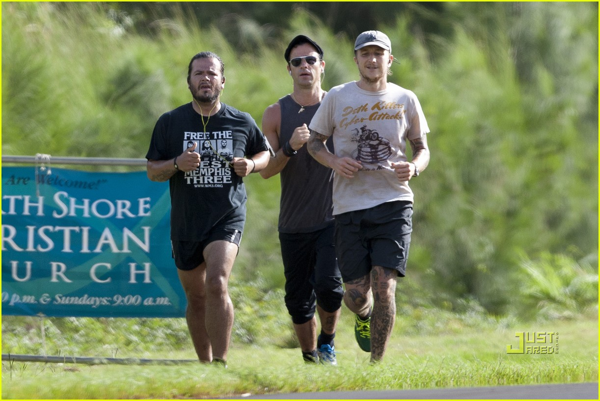 justin theroux running friends hawaii 012568250