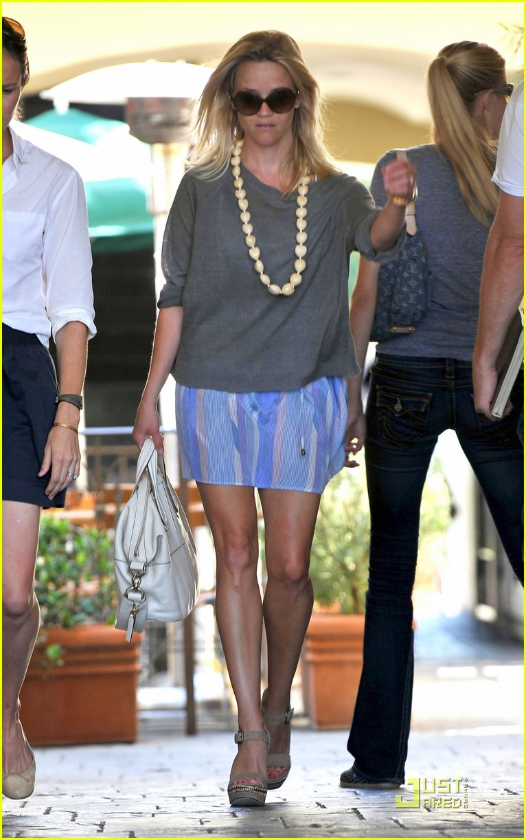 reese witherspoon back in brentwood 01