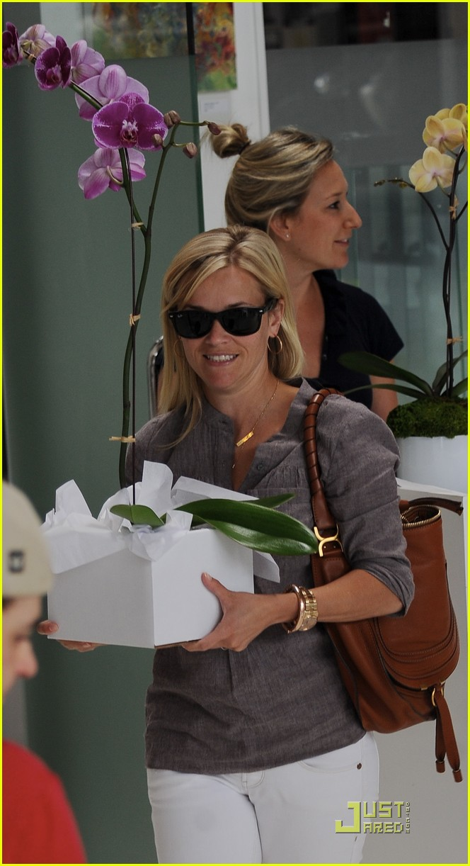 reese witherspoon bike shopping 022568165