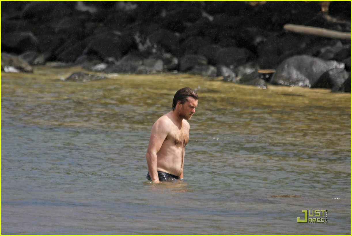sam worthington shirtless with new girlfriend 052565434