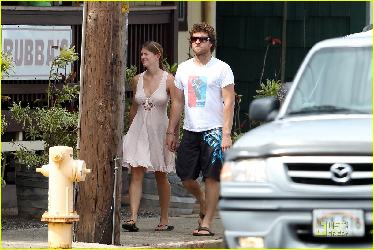 sam worthington shirtless with new girlfriend 13