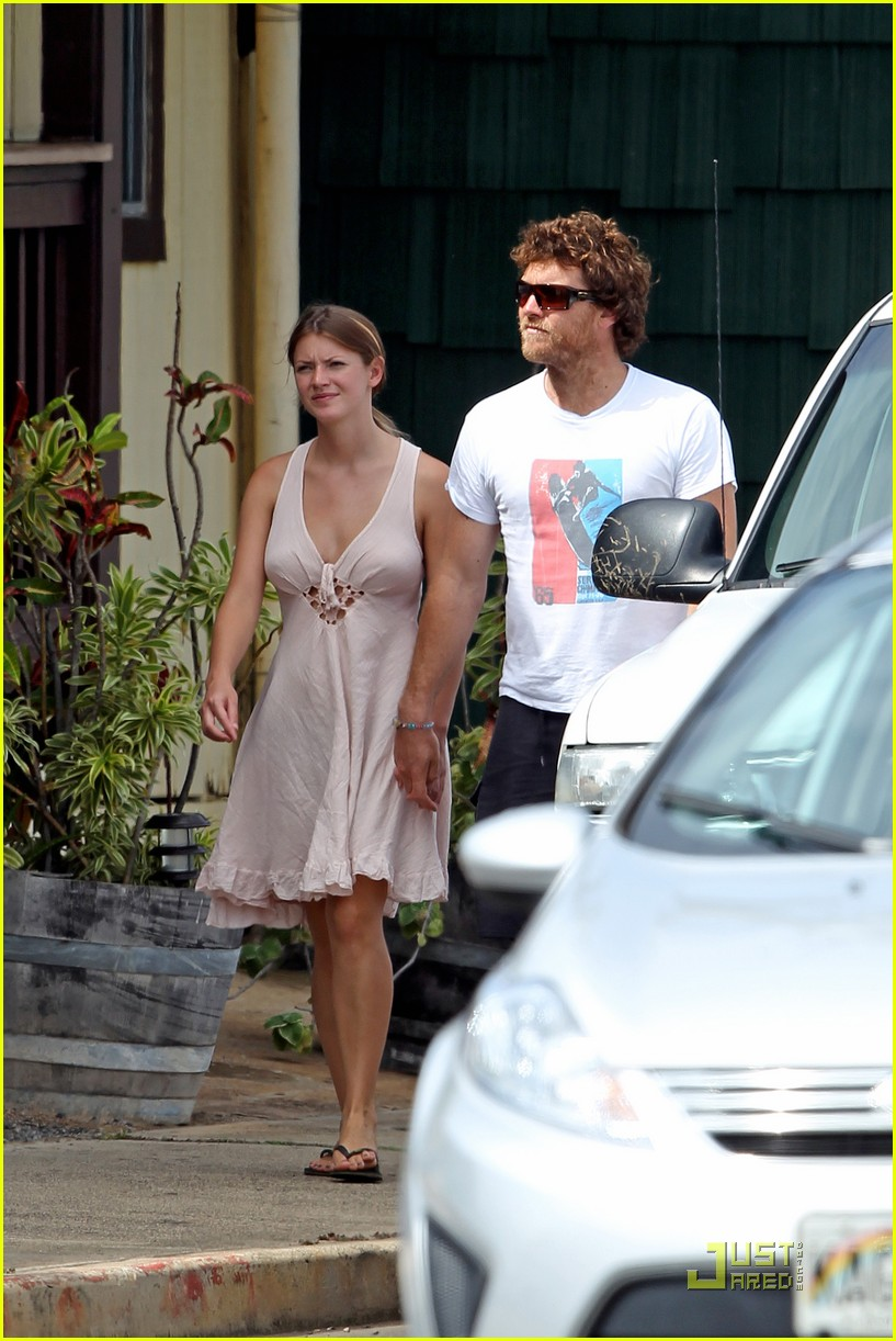 sam worthington shirtless with new girlfriend 14