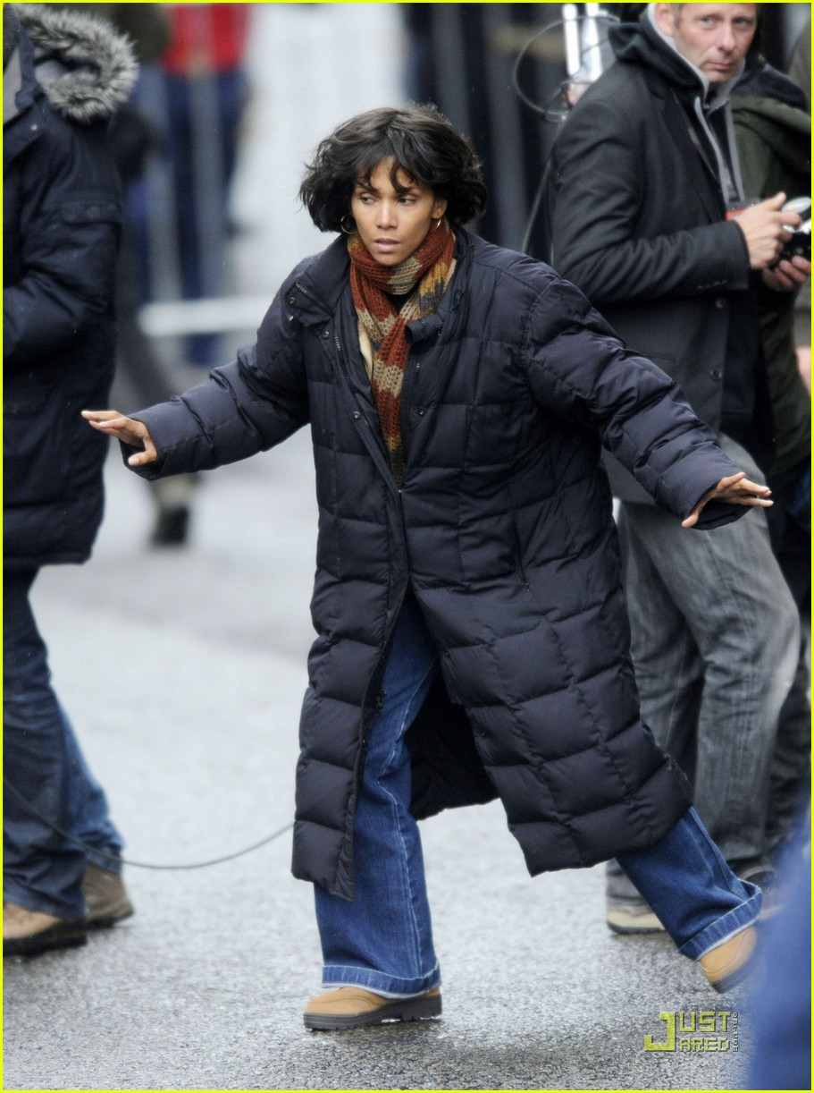halle berry tom hanks set 012580929