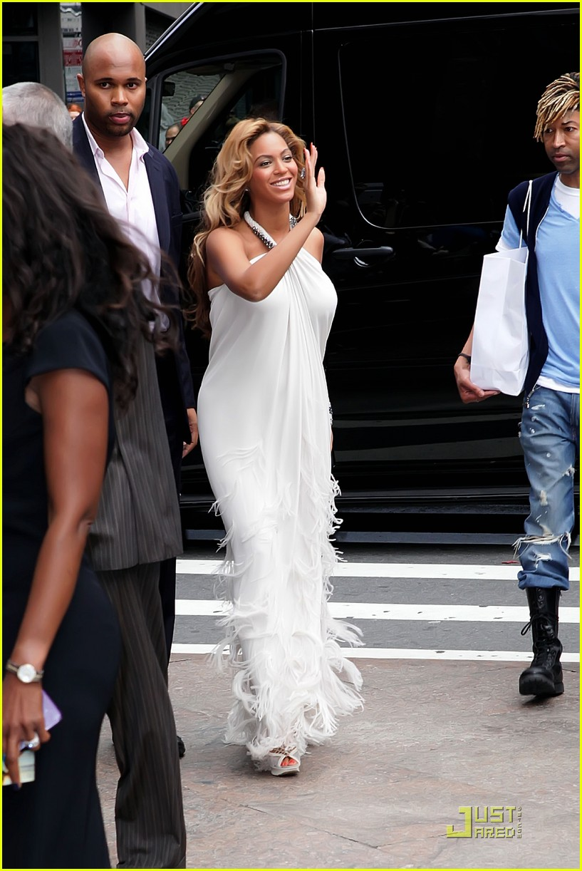 beyonce promotes pulse at macys 04