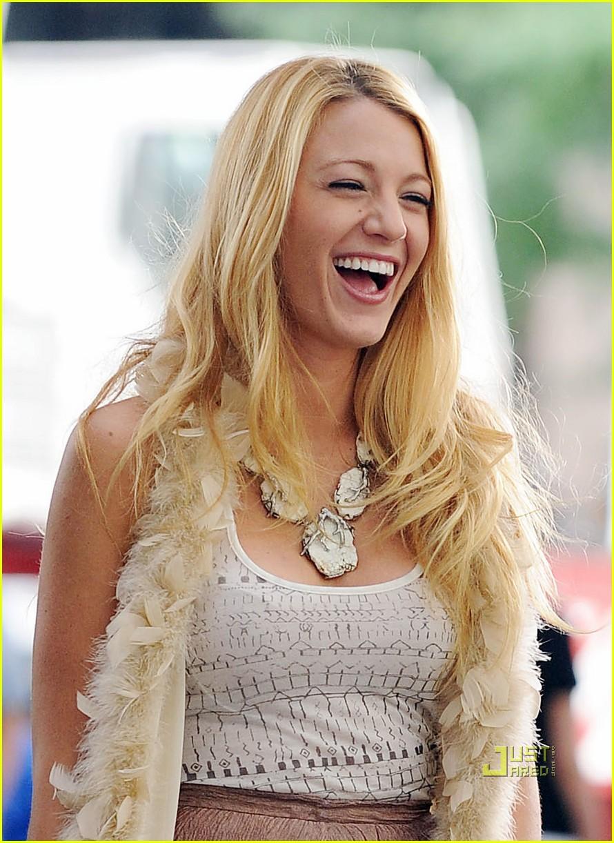 blake lively giggles on  u0026 39 gossip girl u0026 39  set  photo 2575709