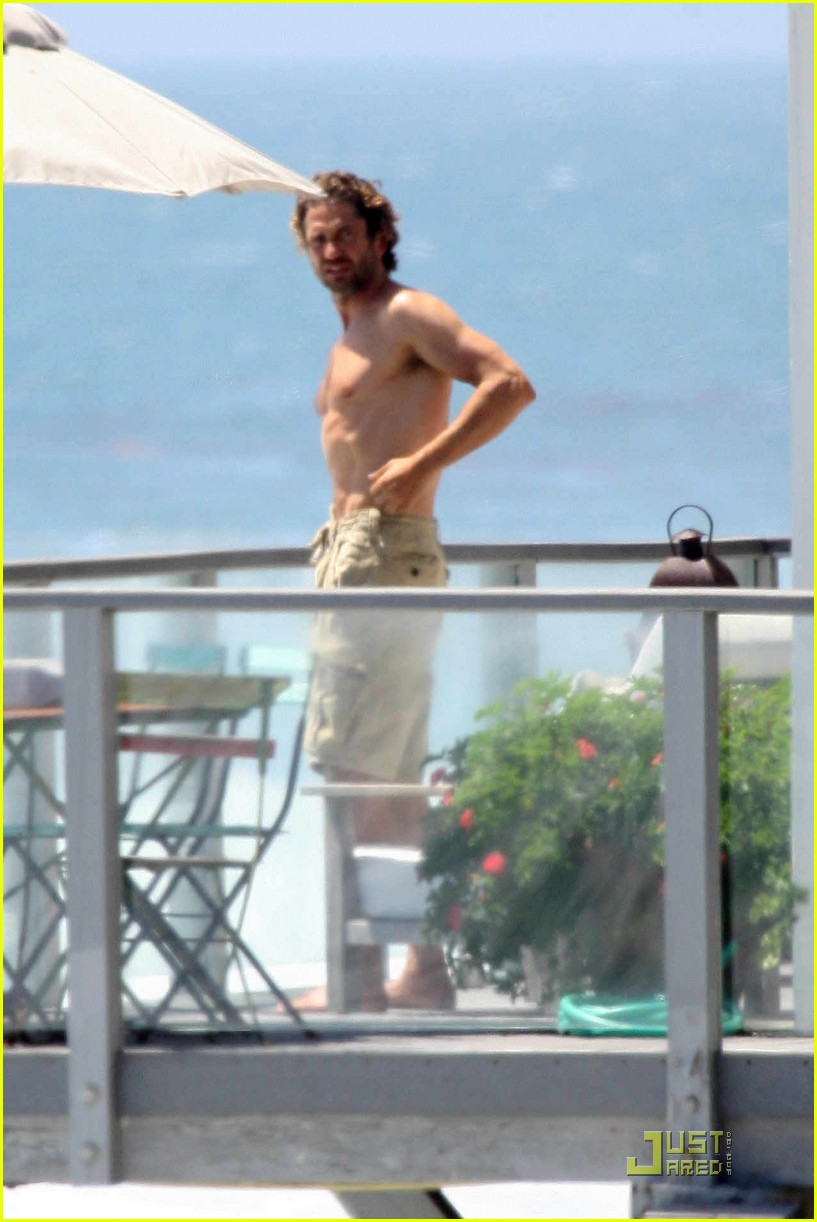 gerard butler balcony malibu 01