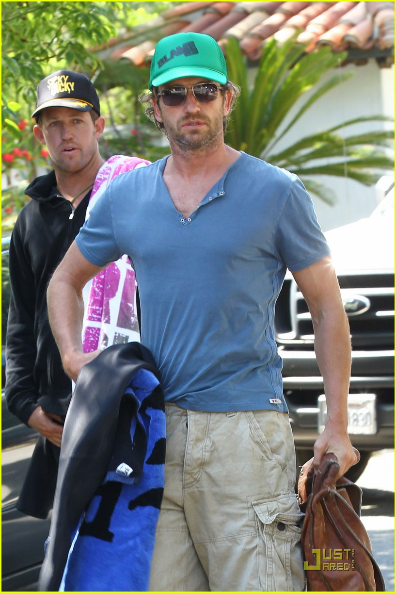 gerard butler walk beach 03