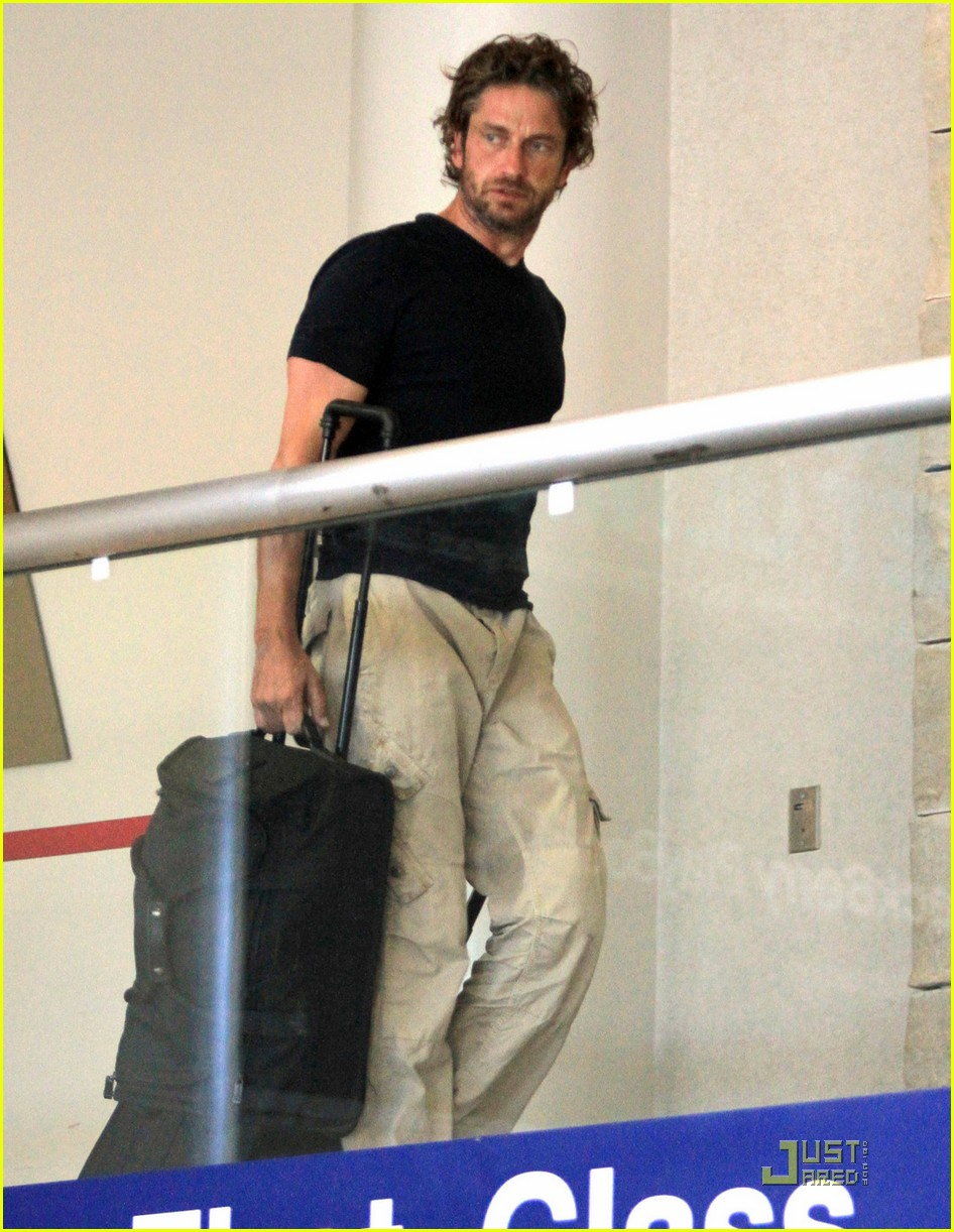 gerard butler arrives lax 01