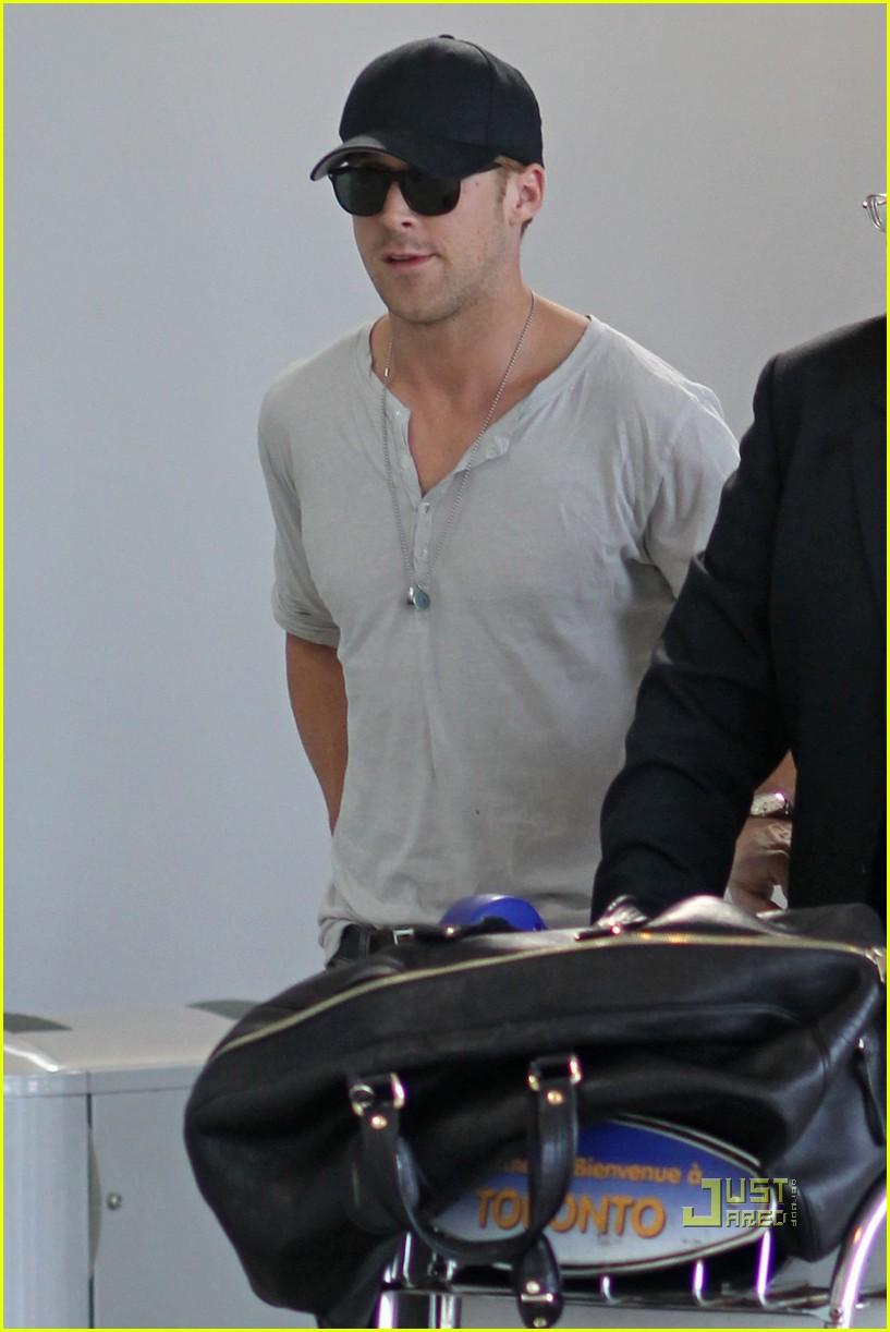 ryan gosling toronto airport 03