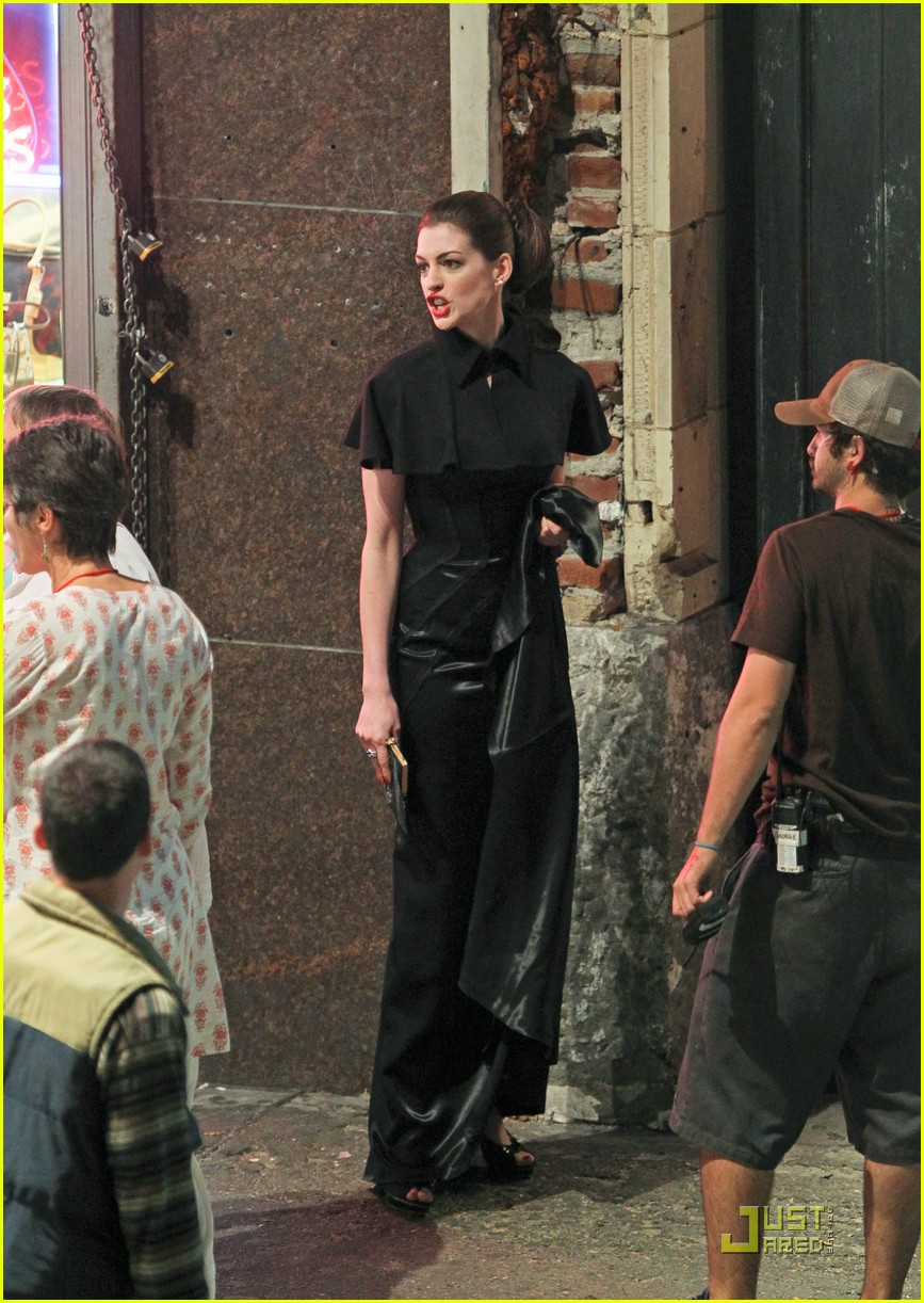 anne hathaway christian bale late night dark knight shoot 06