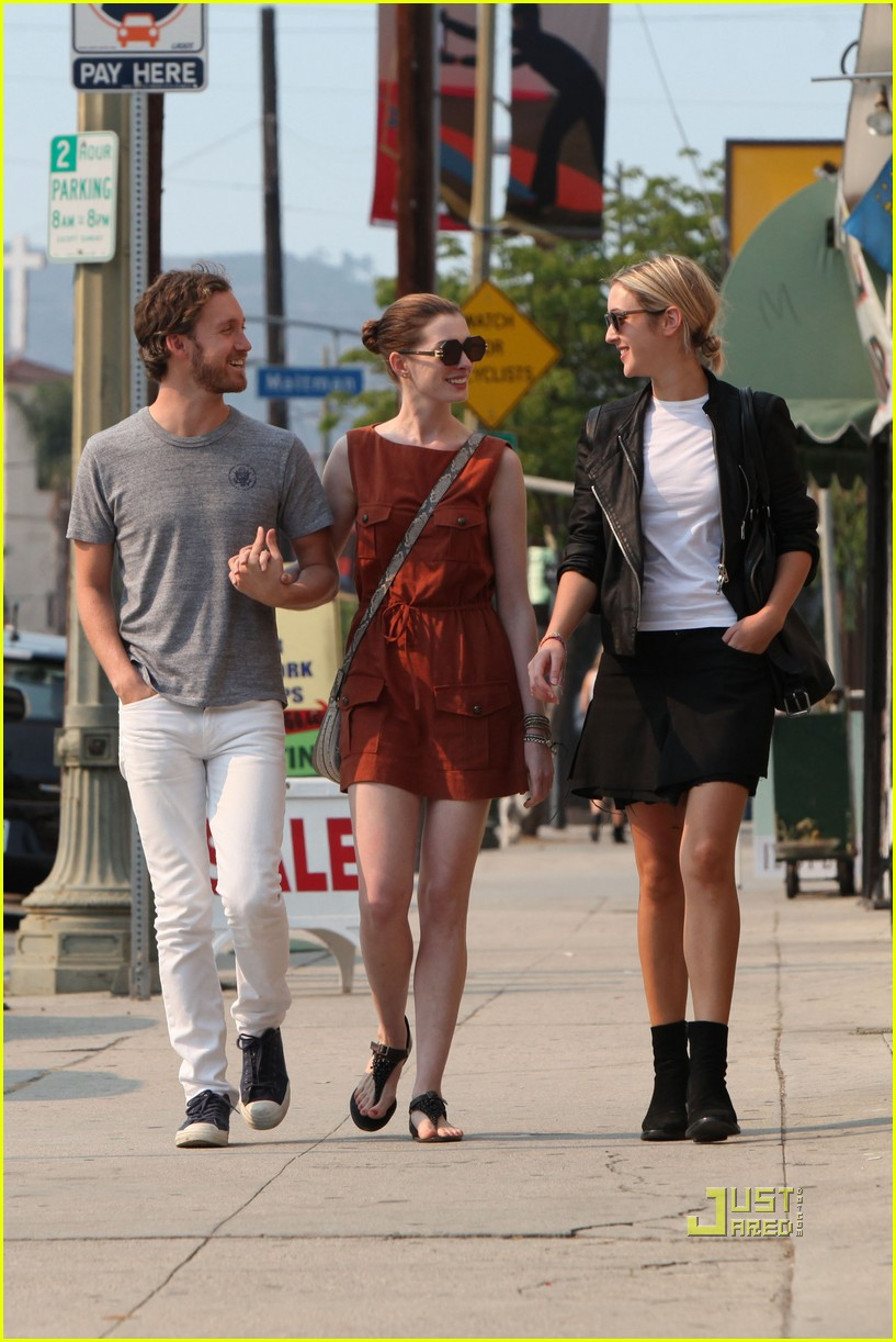anne hathaway adam shulman millies coffee shop 06