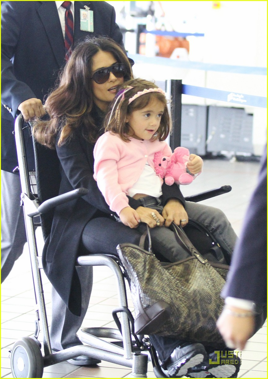 salma hayek wheelchair airport 05