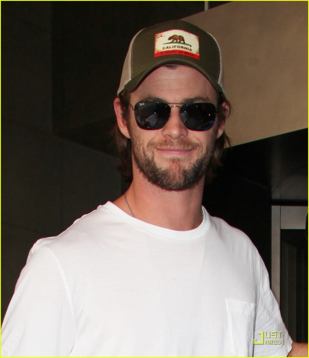 chris hemsworth autographs nyc 04