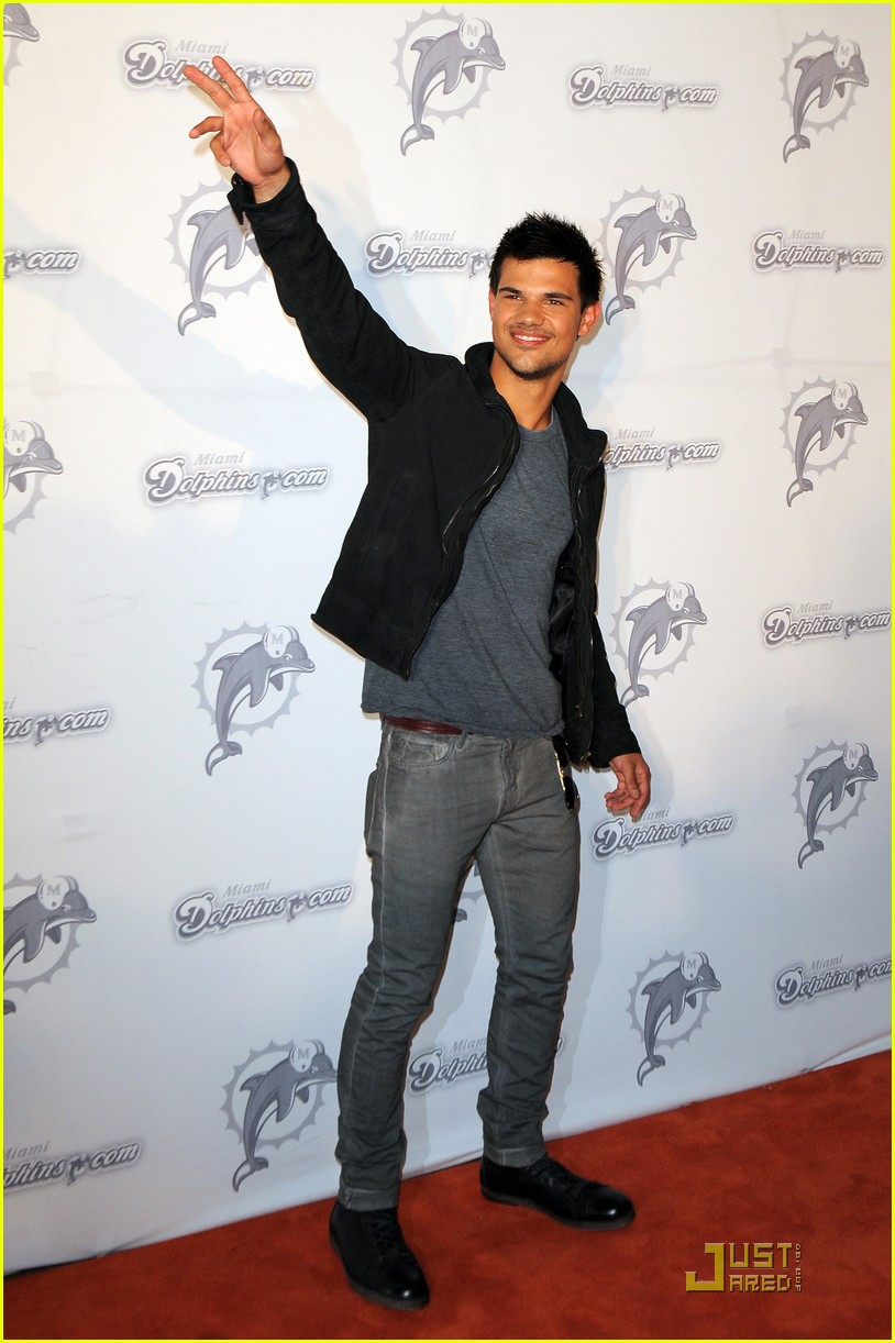 taylor lautner dolphins game 012580186