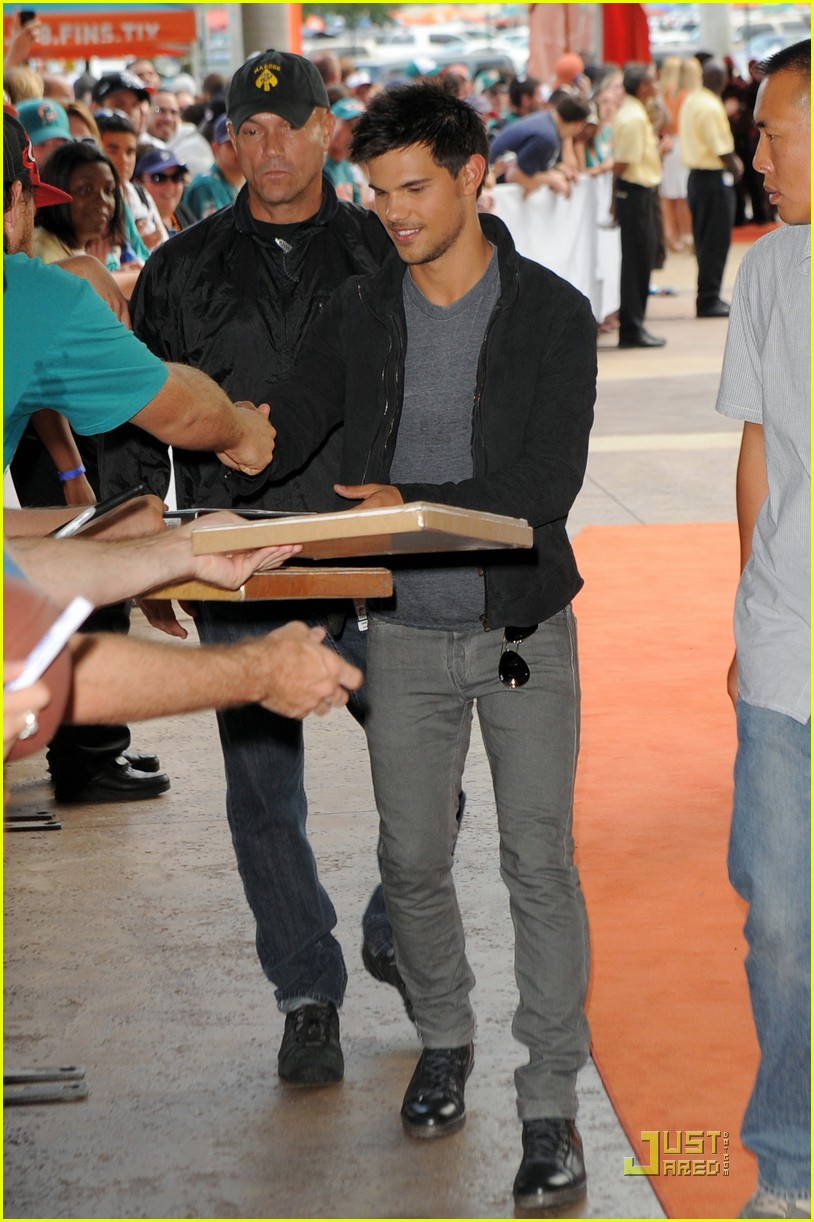 taylor lautner dolphins game 092580194