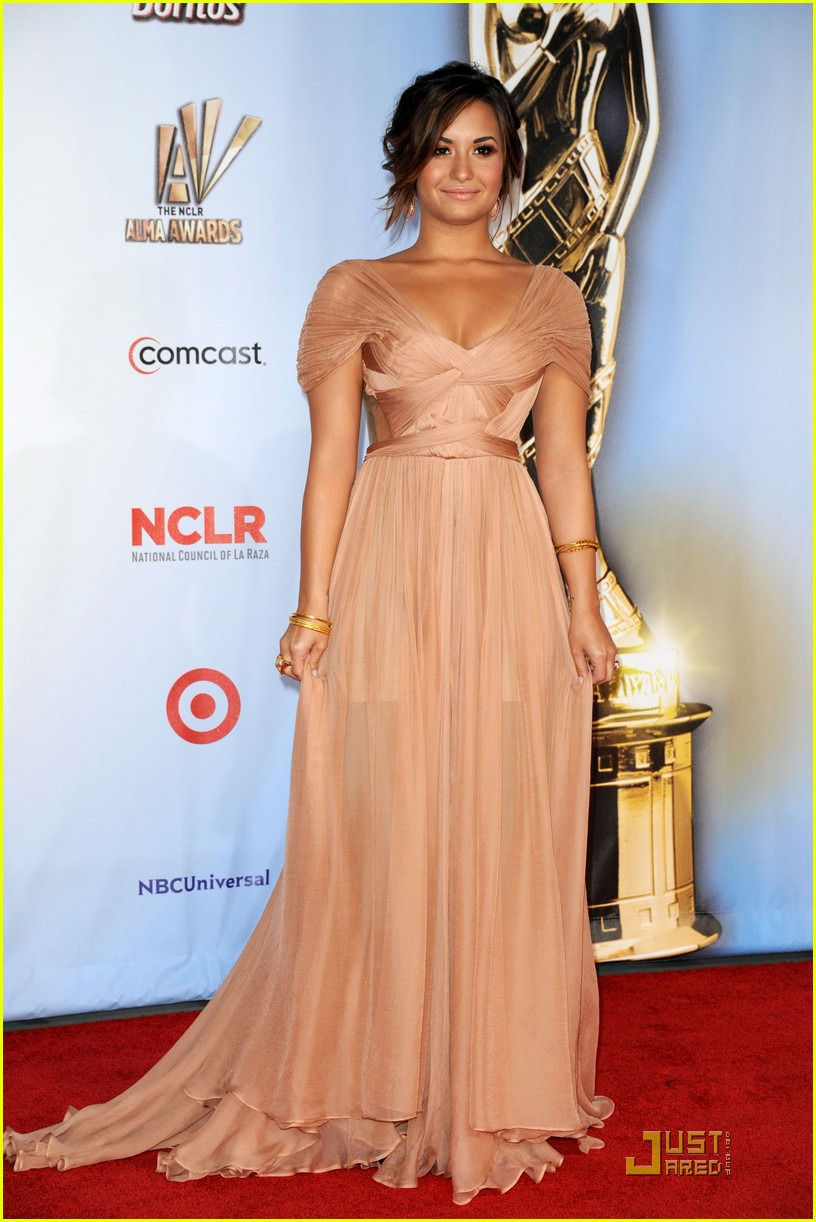 demi lovato naya rivera alma awards 2011 red carpet 012578723