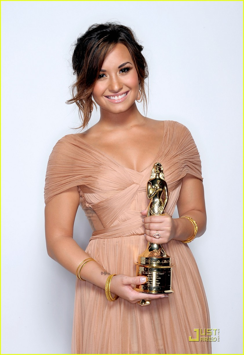 demi lovato naya rivera alma awards 2011 red carpet 032578725