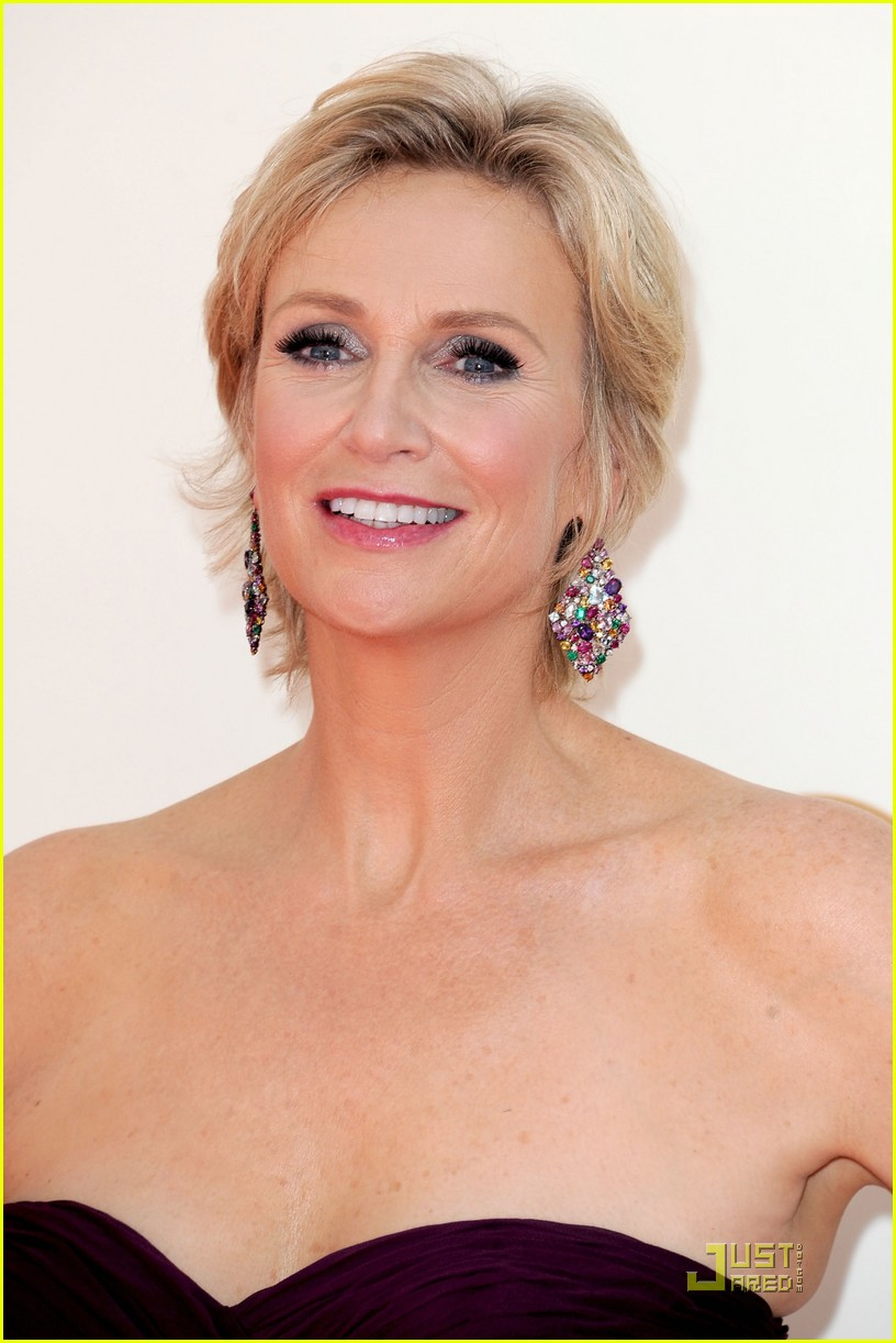 jane lynch emmys 2011 red carpet 04