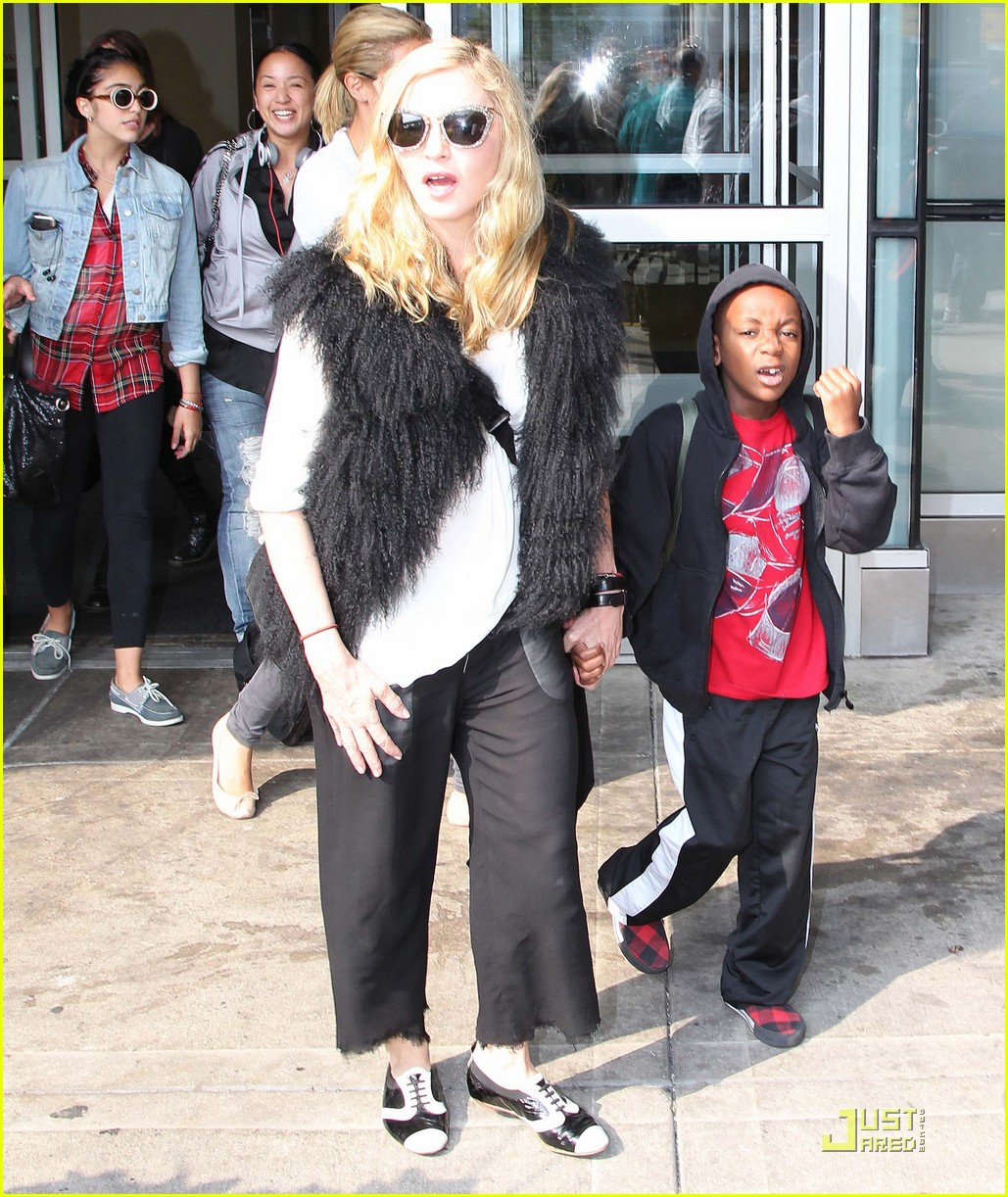 madonna jets into jfk 012576842