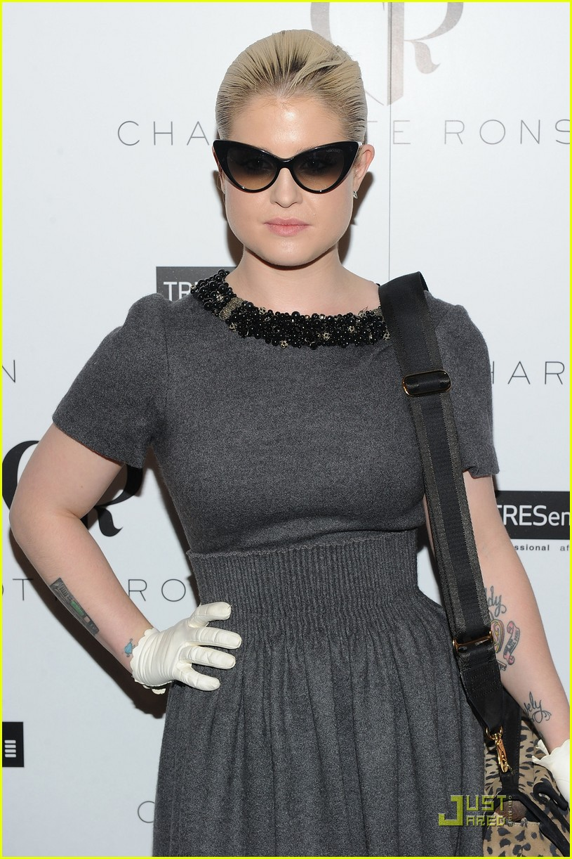 kelly osbourne wears white gloves to fashion week 022578824