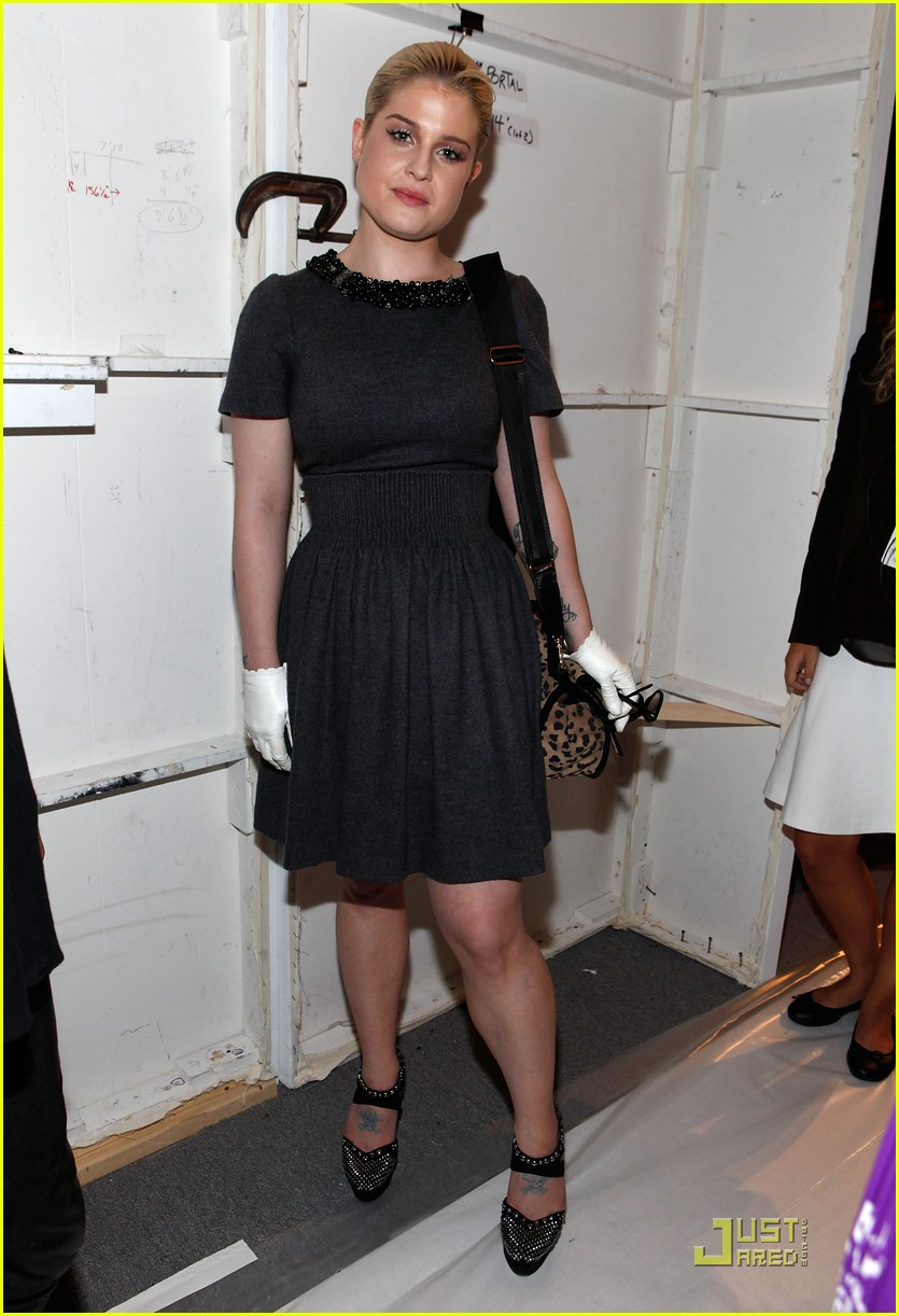 kelly osbourne wears white gloves to fashion week 05