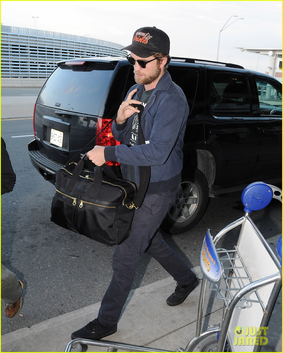 robert pattinson takes off toronto 052585403