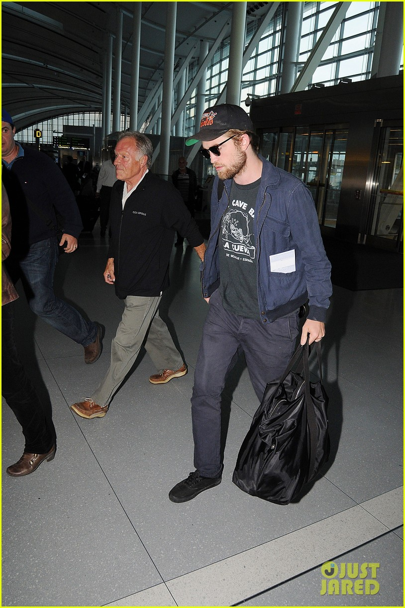 robert pattinson takes off toronto 072585405