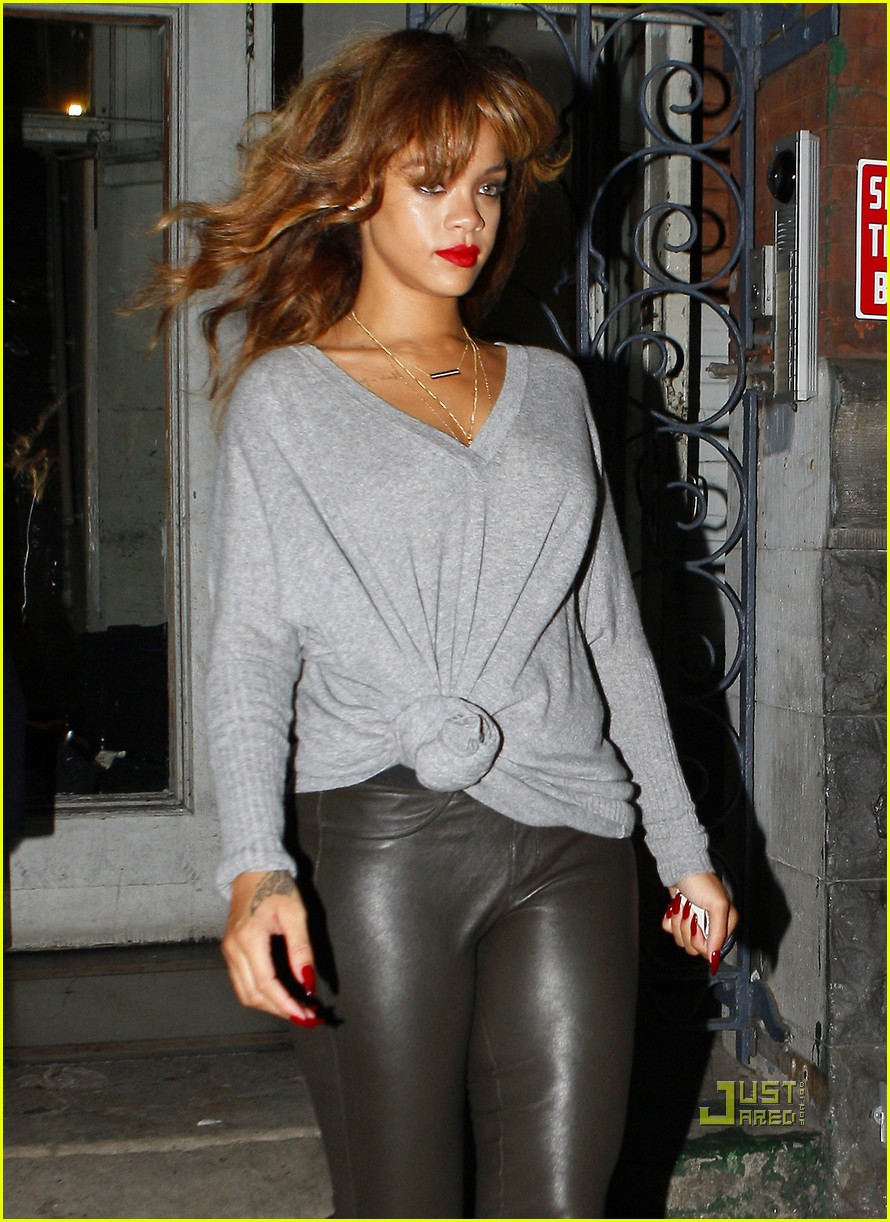 rihanna grey sweater 02
