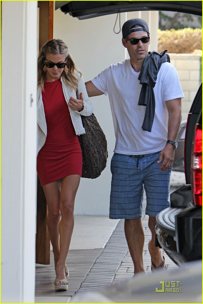 leann rimes little red dress 012576794
