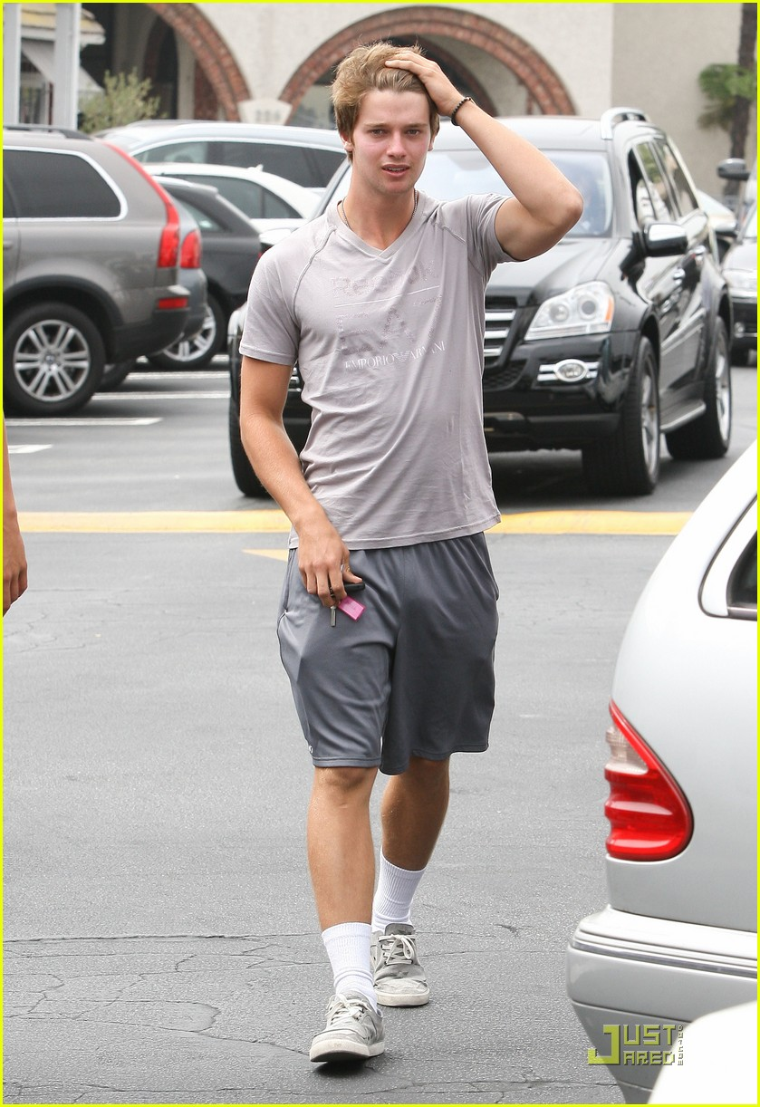 patrick schwarzenegger brentwood country mart 01