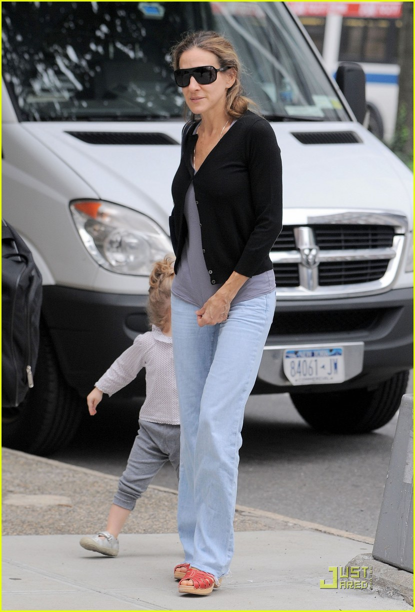 sarah jessica parker rainy day with the twins 012583729
