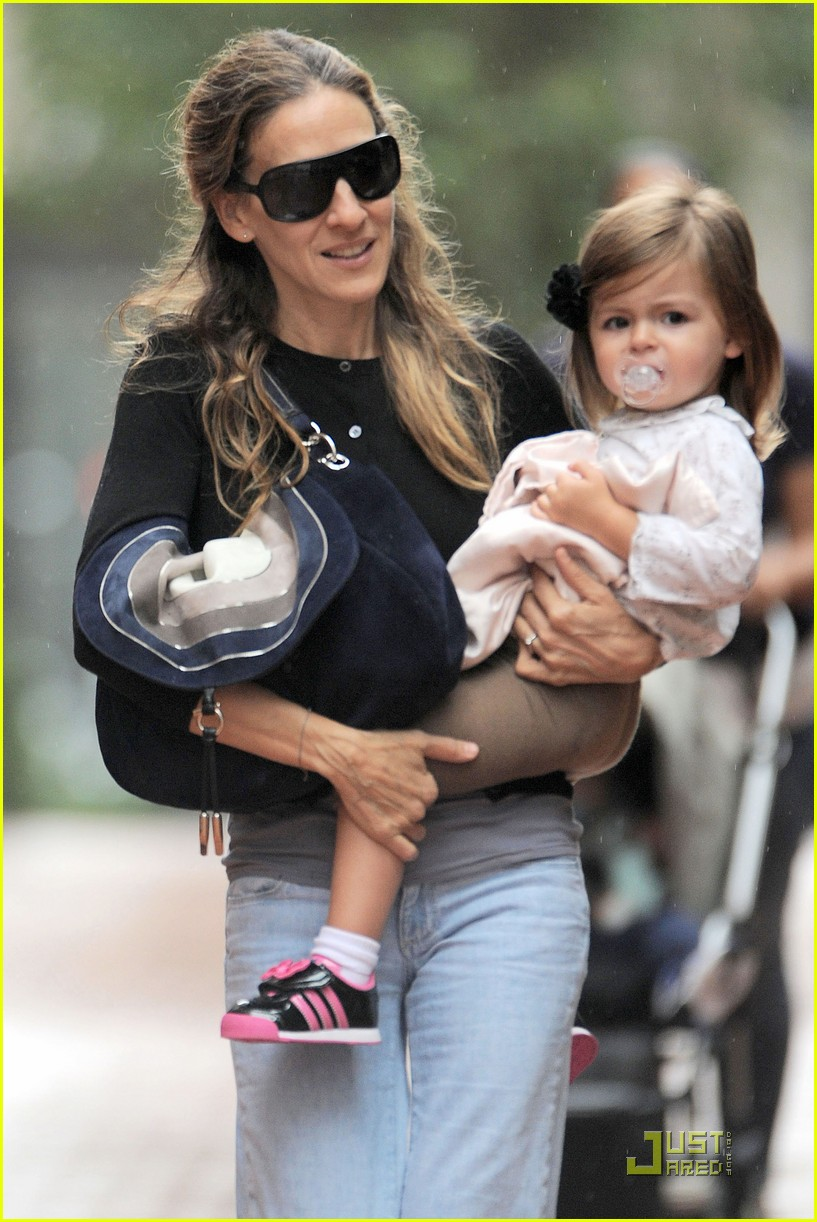 sarah jessica parker rainy day with the twins 022583730