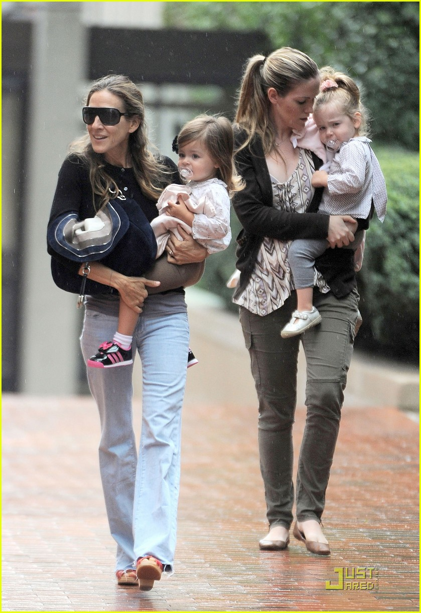 sarah jessica parker rainy day with the twins 052583733