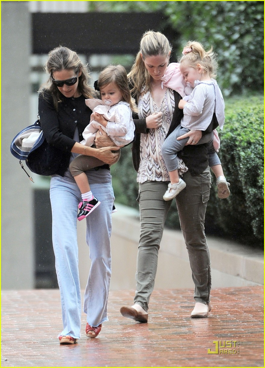 sarah jessica parker rainy day with the twins 062583734