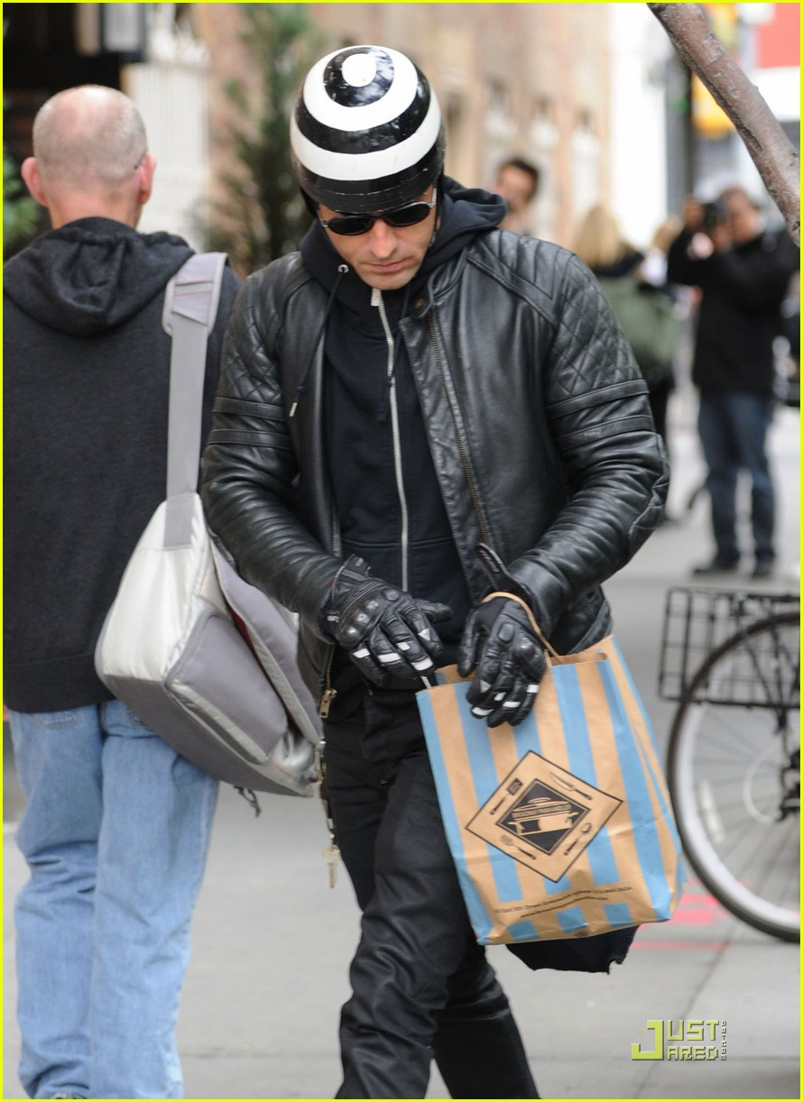 justin theroux buys kitchen supplies 03